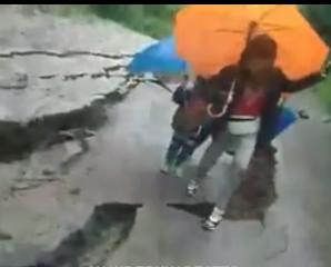 Під ногами утворилося величезне провалля: на Івано-Франківщині ледь не загинула сім'я (відео)