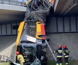 У Варшаві автобус впав з моста, є жертви