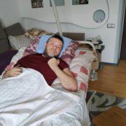 Паралізований медик з Франківська благає про допомогу – прикутий до ліжка і самотній