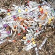 Серед купи сміття виявили використані пробірки для визначення коронавірусу