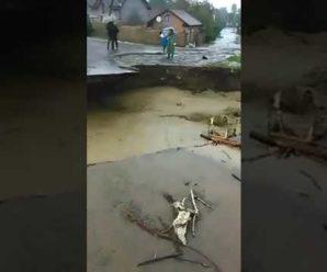 На Прикарпатті вода знесла міст. ВІДЕО