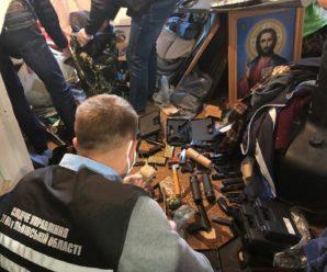 Тримав її біля ікон: на Львівщині затримали священника за торгівлю зброєю (фото)