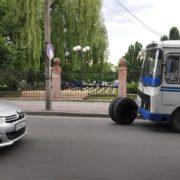 У Франківську в автобуса відпало колесо та вдарило інше авто (ФОТО)