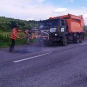 На дорозі Івано-Франківськ – Тернопіль латають ями (ФОТО)