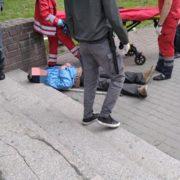 У Франківську п'яний чоловік посеред вулиці втратив свідомість та розбив собі голову. ФОТО