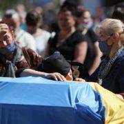 Труна накрита синьо-жовтим прапором, рідні ридають над нею: у Тернополі попрощалися із Героєм, який загинув на Донбасі (фото)