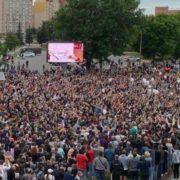 """Катування, побої та жахливі умови утримання: у Білорусі з СІЗО відпускають затриманих, деяких відвозять на """"швидкій"""" (відео)"""