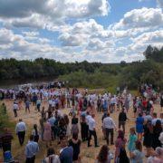 Ні масок, ні дистанції: неподалік Рівного євангелісти влаштували масове хрещення (фото)