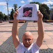 Стікала кров'ю: у Білорусії активіст встав навколішки, тримаючи фото збитої військовими дівчинки