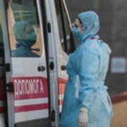 Боялися коронавірусу: У Рівному медики залишили тіло жінки у під'їзді