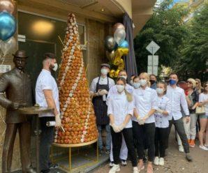 В Івано-Франківську збудували найвищу в Україні вежу з тістечок