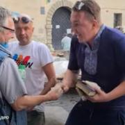 Назвався Ісусом і любить Путіна: невідомий чоловік роздавав людям гроші (ВІДЕО)