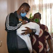 Приїхали батько та бабуся: немовля іноземної студентки, яка померла під час пологів, нарешті забрала родина