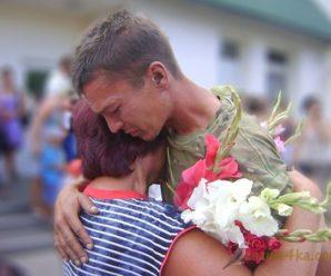 «Мамочко моя! Матусю, я живий- повернувся»: Боєць АТО прийшов додому через рік після похоронки