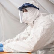 Лікарі сплять по півгодини, місця – в коридорі: українець розповів про лікування коронавірусу