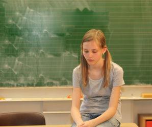Вчителька вдарила школярку по голові і відповідатиме за це. Яким може бути покарання