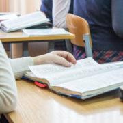 Вчителька вдарила п'ятикласницю підручником