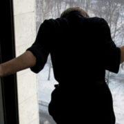12-річна дівчина розійшлася з хлопцем і стрибнула з вікна