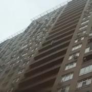 Патрульний спіймав на льоту жінку, яка стрибнула з 15 поверху. Відео