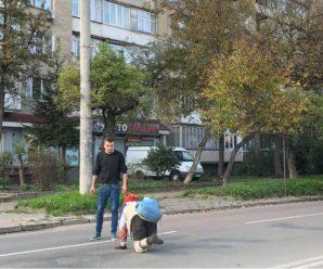 """""""Бабуся без ніг переповзає через дорогу, щоб купити продукти"""": в Івано-Франківську чоловік розповів шокуючу історію"""