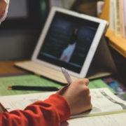 З понеділка у Франківську учнів 5-11 класів переводять на дистанційне навчання