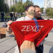 Зеленського на виборчій дільниці атакувала напівоголена активістка Femen (відео)