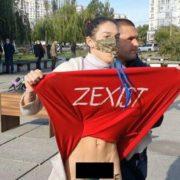 Дівчина без трусиків задерла спідницю перед Зеленським, відео скандалу