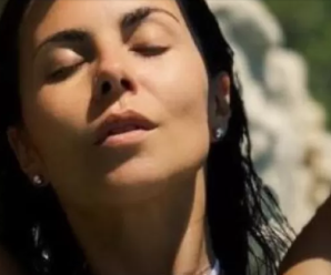 Вся мокра із заплющеними очима: Каменських ошелешила фанів черговим відвертим фото