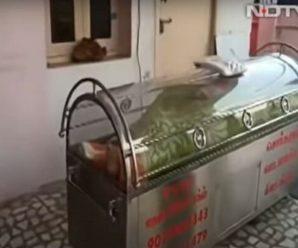 Дідуся вважали мертвим і помістили в холодильник. Через 20 годин він відкрив очі (Відео)