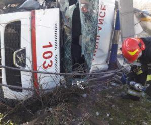 """У ДТП на Прикарпатті перекинулася """"швидка"""", зіткнувшись з вантажівкою. фото"""