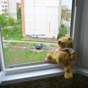 У Львові дворічна дівчинка випала з вікна четвертого поверху багатоповерхівки