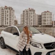 Юну франківську блогерку, що придбала розкішний автомобіль, запідозрили у їзді без прав (відео)