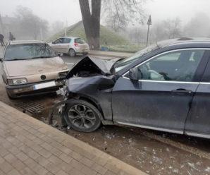 """На Прикарпатті зіткнулись """"BMW"""", """"Volkswagen"""" та """"Opel"""": є травмовані (ФОТО)"""