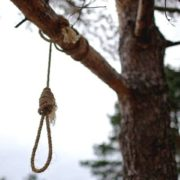 Неповнолітню дівчинку знайшли повішеною на дереві