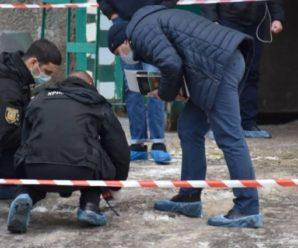 Вийшов з будинку з відрізаною головою в руках, яка була обмотана внутрішніми органами: чоловік жорстоко вбив батька (відео)