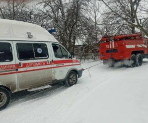 """На Калущині автобус із 45 людьми з'їхав у кювет, а на Коломийщині автомобіль """"швидкої"""" не міг доїхати на виклик (ФОТО, ВІДЕО)"""