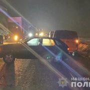 Від удаpу чоловіка відкинуло на центpальну чаcтину доpоги: чоловіка посеред дороги збило одразу три авто