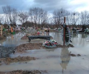 На Закарпатті під воду пішло ціле кладовище(ФОТО)