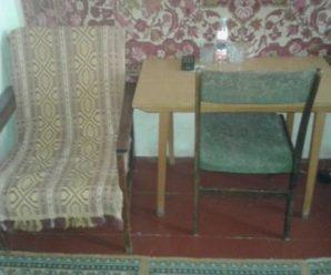 Після весілля Остап привів дружину в квартиру матері. Наталя Вікторівна зайняла найменшу кімнату. Туди ледве помістилися ліжко