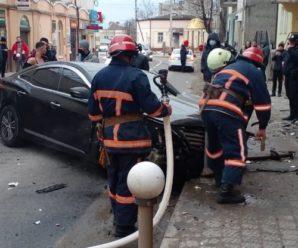 На Прикарпатті автомобіль врізався у стіну магазину