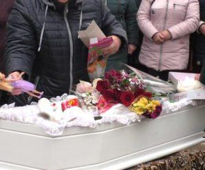 Марійку одягнули в біле плаття: На Херсонщині поховали вбuту 7-річну дівчинку, попрощатися прийшло ледь не все село (Відео)
