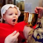 """""""Танько, попустися!"""": Священник відмовився причащати дітей, бо вони не там хрещенні"""