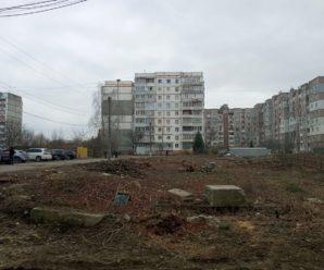Прибирати можна, будувати — поки ні. У Калуші розчистили нову ділянку для будівництва. ФОТО