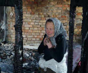 Бабуся, якій сусід спалив будинок, потребує допомоги (фото)