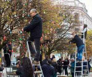 На головній вулиці Івано-Франківська дерева прикрасили різнобарвними писанками