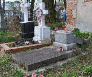 На Прикарпатті юнаки фотографувалися, лежачи на надгробних плитах (фото)