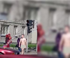 Кидались на перехожих та лякали дітей: у Полтаві та Кременчуці вулицями ходили голі чоловіки (фото)