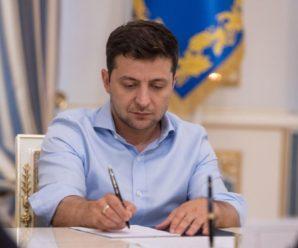 Зеленський підписав закон, який дозволить громадам реєструвати шлюб, народження та смерть