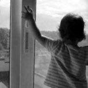 Трагедія сталася у Львові! 2-річна дитина випала з вікна восьмого поверху