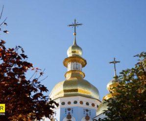 У центрі Києва дівчата зайшли до церкви і почали задувати свічки, курити і пити алкоголь